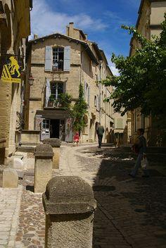 Rue du Port Royal, à gauche l'entrée du jardin médiéval. Uzès  Gard
