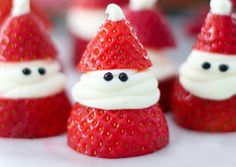christmas food Strawberry Santas for Christmas! ADORABLE Christmas treat idea recipe that is delicious, so easy to make, and great for a Christmas party. Easy Christmas Treats, Christmas Deserts, Christmas Party Food, Xmas Food, Christmas Breakfast, Christmas Cooking, Christmas Goodies, Holiday Desserts, Holiday Baking