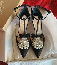 What should be done to make comfortable with those shoes? How to Choose Comfortable High Heels? 20 Tips for Comfort with High Heels! Christian Louboutin, Shoe Boots, Shoes Heels, Dress Shoes, Pumps, Style Blogger, Girls Heels, Couture, Beautiful Shoes
