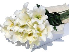 Buy Flower Box White Lilies 24 pcs for delivery in France. GiftsForEurope is the leading gift provider in Europe since Birthday Flower Delivery, Flower Delivery Service, Online Flower Shop, Flowers Online, Valentines Flowers, Christmas Flowers, Fresh Flowers, Beautiful Flowers, International Flowers