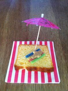 Strandjes van cake als traktatie Birthday Treats, Party Treats, Birthday Parties, Finger Foods For Kids, Little Presents, School Treats, Party Food And Drinks, How To Eat Better, Tropical Party