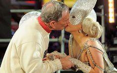 Bacio di capodanno a Times Square tra il sindaco di New York Michael Bloomberg e Lady Gaga