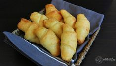Cornuri low-carb cu brânză de burduf Hot Dog Buns, Hot Dogs, Lchf, Low Carb, Gluten Free, Bread, Recipes, Fat, Glutenfree
