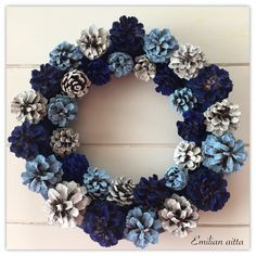 Käpy on käypänen luonnonvärisenä, mutta kunniaksi hyväksyn tämän värityksen. Christmas Wreaths, Christmas Crafts, Christmas Decorations, Pine Cone Crafts, Diy Home Crafts, Easter Wreaths, Handmade Decorations, Diy Wreath, Holidays And Events