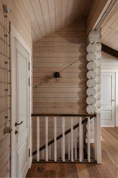 Можно ли сделать легкий и свежий интерьер в бревенчатом доме? Дизайнеры Дарья Широкова и Инга Аршба утверждают, что можно. Их проект в Подмосковье — яркое тому доказательство.