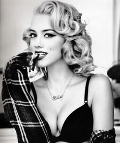 nice This style is timeless! :: Pin Up Girl Hair:: Vintage Hair:: Retro Style shared . Cabelo Pin Up, Peinados Pin Up, Retro Hairstyles, Girl Hairstyles, Wedding Hairstyles, Medium Hairstyles, Amber Heard, Amanda Heard, Glamour