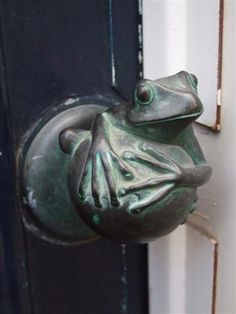 Froggie doorknob, enchanting, tacktile, whimsical and functional all in one from the Netherlands! (photograph © Kiwidutch)