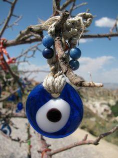 Oko proroka to turecki amulet ochronny. Umieszcza się je najczęściej przy wejściu do domu lub nosi na szyi. Odkrywaj świat z #Big-Active http://www.big-active.pl/