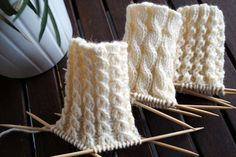 Koristeellisia joustinneuleita sukan varteen | Neulemedia Knitting Charts, Knitting Stitches, Knitting Socks, Knitted Slippers, Wool Socks, Knitted Hats, Yarn Crafts, Sewing Crafts, Knitting Accessories