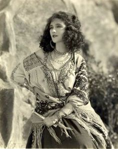 bohemian ᘛ silent film actress Jetta Goudal (movie portrait cinema gitane) Vintage Gypsy, Look Vintage, Vintage Beauty, Vintage Images, Vintage Ladies, Vintage Fashion, Vintage Woman, Ethno Style, Gypsy Style