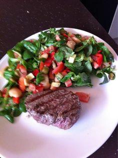 Biefstuk met heerlijke salade. Gezond en lekker snel klaar na drukke dag.