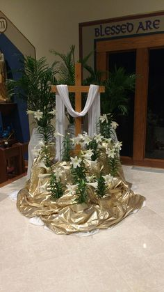 A beautiful way to arrange your Easter flowers in your worship space. decorations for church Easter Flowers Easter Altar Decorations, Lent Decorations For Church, Easter Centerpiece, Centerpiece Ideas, Church Crafts, Easter Decor, Easter Flower Arrangements, Easter Flowers, Flores Do Altar