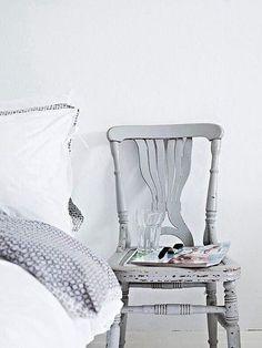 al lado de la cama - Silla pintada en gris y envejecida