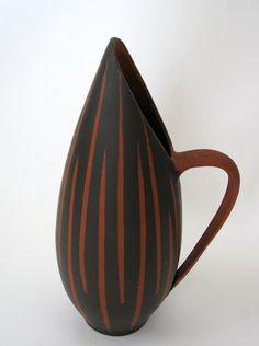 Schöne Henkelvase aus den 1950er Jahren.    Die Vase ist aus Keramik und hat einen Henkel.  Typisches Muster für die 50er Jahre.    Ihr Zustand geb...
