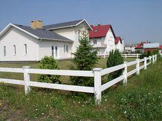 enkelt staket - Sök på Google White Vinyl Fence, Garage Doors, Shed, Outdoor Structures, Fences, Plank, Gates, Outdoor Decor, Garden Ideas