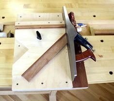 Shooting board plan with attachments for edge-miters and face miters. This shooting board is easy to build and provides precision and clean cuts on the ends of small boards. The shooting board plan includes CAD drawings with measurements. Woodworking Courses, Woodworking School, Woodworking Hand Tools, Wood Tools, Woodworking Projects Diy, Diy Wood Projects, Woodworking Plans, Shooting Board Woodworking, Wood Projects For Beginners