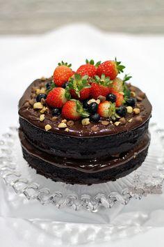 Bolo chocolatudo ultra macio com generosa camada de creme de Nutella. É para comer rezando... Arrase fazendo esse Naked Cake de Creme de Nutella..