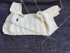 CHAQUETA BEBÉ, tejido dos agujas. ( Baby jacket, knitted ) TUTORIAL Baby Knitting Patterns, Knitting For Kids, Easy Knitting, Baby Patterns, Diy Crochet, Crochet Baby, Poncho With Sleeves, Diy Crafts Knitting, Knitted Baby Clothes