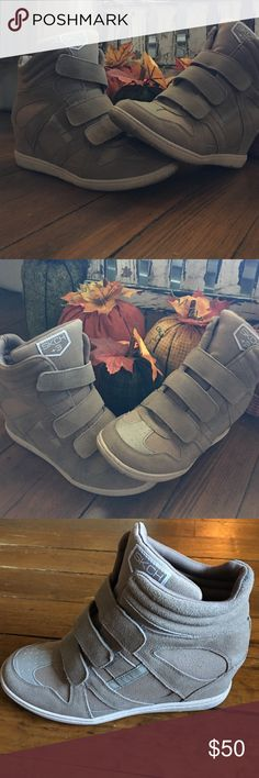 👟SKETCHERS wedge sneaks (greyish) Fun and sassy wedge sneakers! Amazing fall must have! Neutral color goes with everything! Worn 2x Skechers Shoes Sneakers