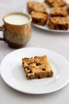 Paleo Chocolate Chip Cookie Bars // @tastyyummies // www.tasty-yummies.com