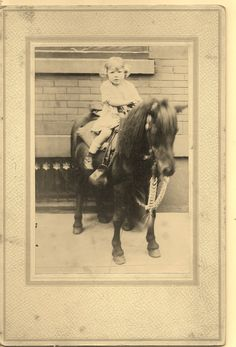 Scared Little Girl rides Pretty Pony Vintage Children Photos, Vintage Pictures, Cowboy Girl Outfits, Farm Kids, Pony Rides, Pony Horse, Vintage Horse, Old West, Wild Horses