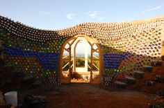 I like this bottle wall too, would be cool in an outdoor … Erdschiff Flaschenwand. Maison Earthship, Earthship Home, Earthship Design, Natural Building, Green Building, House Building, Brighton, Earthship Biotecture, Bottle Wall