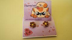 Orecchini a lobo con fiori fatti a mano. Handmade earlobe earrings with flowers.