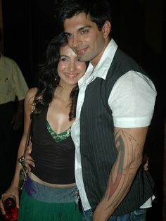 Karan Singh Grover & Shraddha Nigam: Karan Singh Grover and Shraddha Nigam who found love on the sets of the popular TV show Dill Mill Gayye got married in a hush-hush ceremony at a gurudwara with only close family members in attendance. Although the marriage only lasted ten months, everyone got to know about it way later. Married Life, Got Married, Getting Married, Jay Bhanushali, Tv Couples, Sushant Singh, First Tv, Wedding Entertainment, Hush Hush