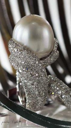 pearl ring. V