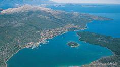 Wszędzie na świecie góry schodzące do morza tworzą piękne krajobrazy - Kvarner nie jest pod tym względem wyjątkiem. Zatoka Kvarnerska znajduje się 100 km na południe od Rijeki, rozciąga si� Więcej: http://www.chorwacja24.info »