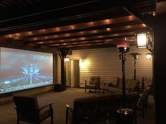 Ideen Hinterhof Filmprojektor Hinterhof Source by Backyard Movie Screen, Backyard Movie Theaters, Backyard Movie Nights, At Home Movie Theater, Outdoor Movie Screen, Outdoor Theater, Home Theater Seating, Screened In Patio, Backyard Patio