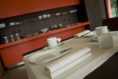 Dettagli dei preparativi per la prima colazione presso il Red's Hotel.