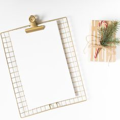 Clipboard with gift box on white table Free Photo Framed Wallpaper, Flower Background Wallpaper, Textured Wallpaper, Textured Background, Butterfly Background, Wallpaper Ideas, Christmas Flyer, Christmas Frames, Christmas Tree