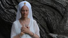 Chanting as the Sun Rises: An Intro to Kundalini Mantra. In this excerpt from her new book, Snatnam Kaur invites you to make mantra a part of your morning ritual. Start here, using her audio recording for guidance. Kundalini Mantra, Kundalini Yoga, Pranayama, Meditation Benefits, Guided Meditation, Yoga Chants, Plus Size Yoga, Bhakti Yoga, Morning Ritual