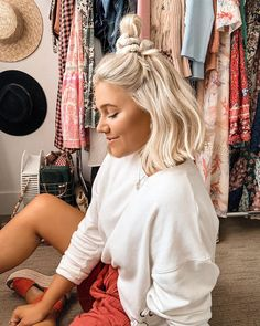 Fun bun tutorial over on stories today + an amazing deal on my fave tanning prod… - Platinum Blonde Hair Blonde Hair Scrunchie, Blonde Wig, Blonde Color, Hair Inspo, Hair Inspiration, Medium Hair Styles, Short Hair Styles, Outfits With Short Hair, Inspo Cheveux