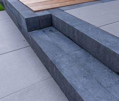 Deze betonnen stapelblokken zijn een verbeterde versie van de welkbekende 15x15x60 linia palissaden van fabrikant Excluton. Deze Stapelblokken Tuin Linia Zwart Strak 15 x 15 x 60 cm noemen we de Excellence variant vanwege vernieuwde manier van kleuren die voor de steen gebruikt wordt. Deze stee