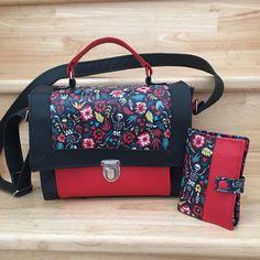 Sac Quadrille et portefeuille Compère en rouge, noir et imprimé fleuri cousus par Meylia - Patron Sacôtin