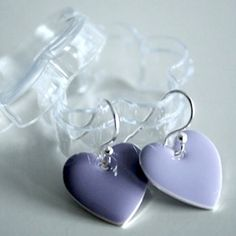 Nydelige emaljerte hjerter i alle mulige farger..., med hekter i ekte sølv...Hvilken farge vil du ha