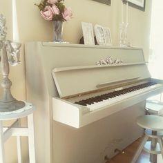 Los pianos suelen ser de colores sobrios y oscuros, así que ¿por qué no darles una mano de pintura e integrarlos en la decoración?  Foto de @living_in_my_style #autenticopaintspain #autenticochalkpaint #chalkpaintes #autenticospain #autenticopaint #laliwhite #laiablanco