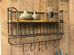 Dit industriële bakkersrek / wandrek voorzien van stang en 5 verstelbare haken. Dit rek is voorzien van een legplank en een rooster wat een mooi effect geeft aan het rek. Het wandrek plaats je gemakkelijk in de keuken, woon- of Hoofdfoto.