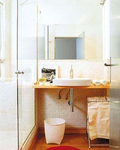 La encimera es volada y la mampara, de cristal (Small Bathroom)