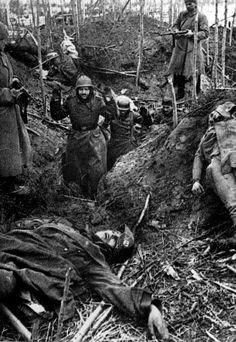 """""""En ausencia de órdenes, encuentra algo y mátalo."""" Erwin Rommel. Los rusos toman a unos alemanes prisioneros que pasan junto a un camarada de las SS muerto."""