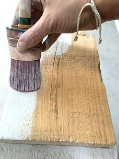 Learn how to white wash wood with Fusion Mineral Paint - this tutorial provides the simple to for how to get this trendy look. Chalk Paint Mirror, Mirror Painting, Pallet Painting, Painting Cabinets, Diy Painting, Chalk Paint Projects, Diy Wood Projects, Wood Picture Frames, Picture On Wood