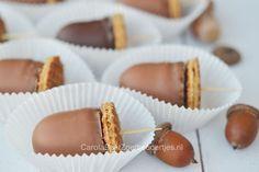 Leuke traktatie: eikeltjes van chocolade. Kindertraktatie, leuk om met kinderen te maken in de herfst of om te trakteren; marshmallows met stroopwafels. Bakken met kinderen is heerlijk.