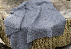 Opskrift: Sådan hækler du nemt et blødt babytæppe i alpaca   Boligmagasinet.dk Baby Barn, Diy Crochet, Knitted Hats, Plaid, Knitting, Kids, Baby Blankets, Inspiration, Fashion
