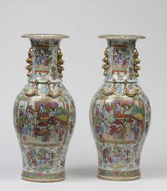 Paire de vases balustre en porcelaine de Canton CHINE - Période Guangxu, vers 1880.  A décor en émaux de la famille rose représentant des scènes de cour animées de personnages se déroulant sur des terrasses arborées, le col orné de dragons salamandre et de lions.  H: 62.0 cm Adjugé: 1000 €