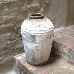 Oude kruik olijfkruik olijfpot olijfoliepot oude kalkresten vaas pot landelijk oud