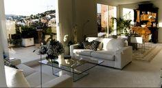 Ático Barcelona  •  TindasProjectInterioristas #diseñointerior #interiordesign #elegante #elegant #blancoynegro #blackandwhite #sofa #salón #livingroom #vistas #views