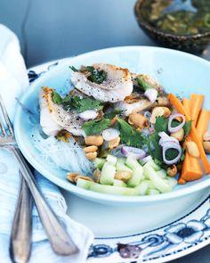 Viikko käyntiin itämaisin vivahtein: kala-lasinuudeli-salaatti