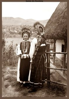 Young girls in traditional costume from Morlaca, Cluj. Approx. 1933 Fotograf: Emil Fischer